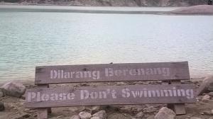 Pinggir kolam di kawah putih